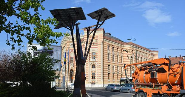 Rezultat slika za U Sarajevu postavljena prva solarna stabla, osvjetljavat će prostor i puniti uređaje